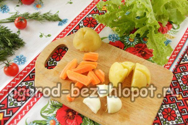 нарезать картофель, морковь, лук
