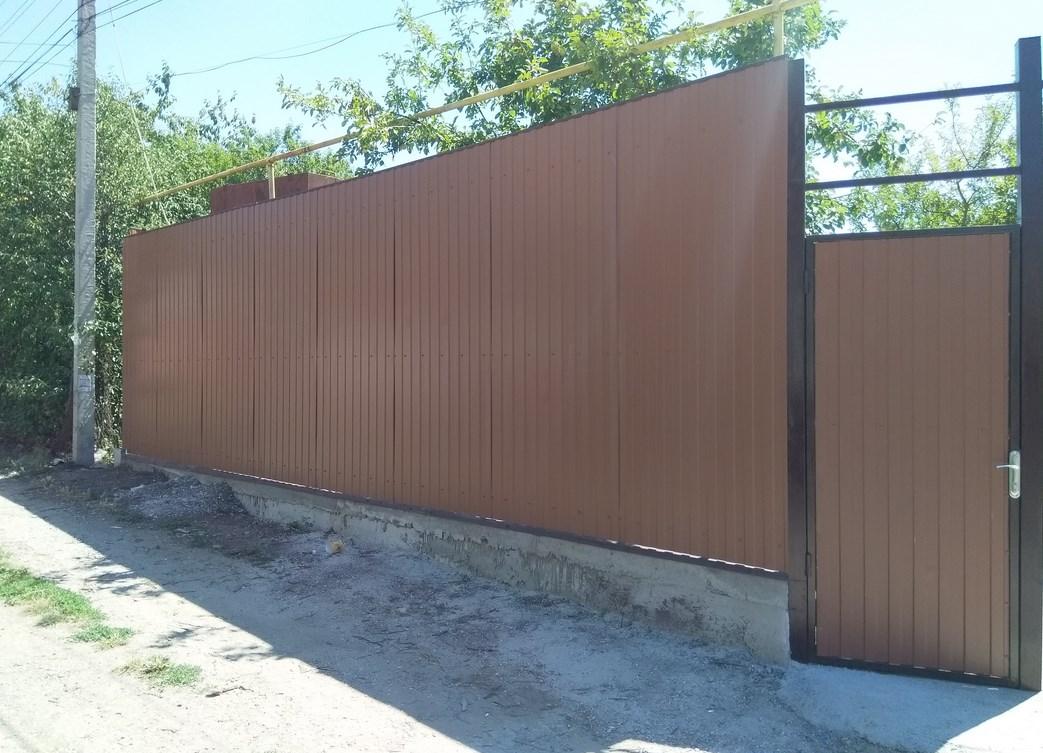 Забор из профнастила и профильной трубы