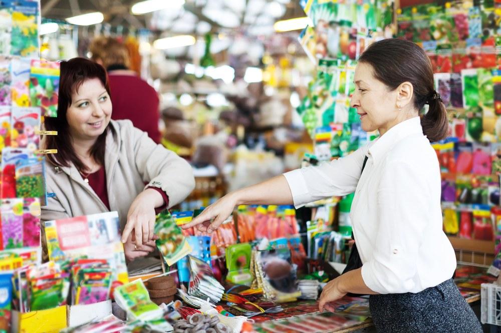 Женщина покупает семена цветов