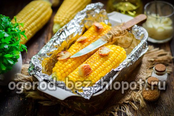 запеченная кукуруза с маслом и чесноком