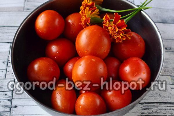 помидоры и бархатцы