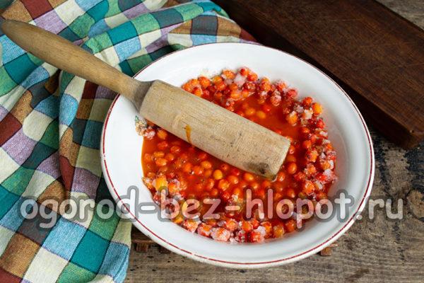 перетереть ягоды с сахаром