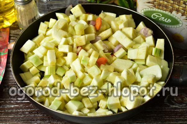 выложить овощи в сковороду