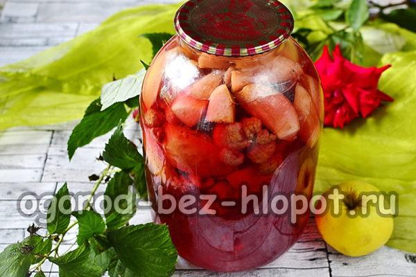 компот из малины, яблок и персиков готов