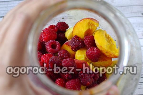 фрукты и ягоды в банке
