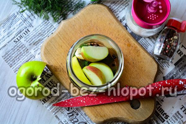 специи и яблоки в банке