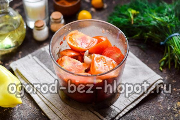 помидоры сложить в чашу блендера