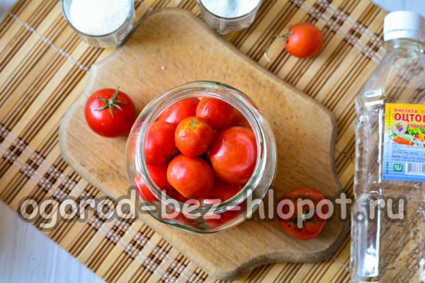 сложить помидоры в банку