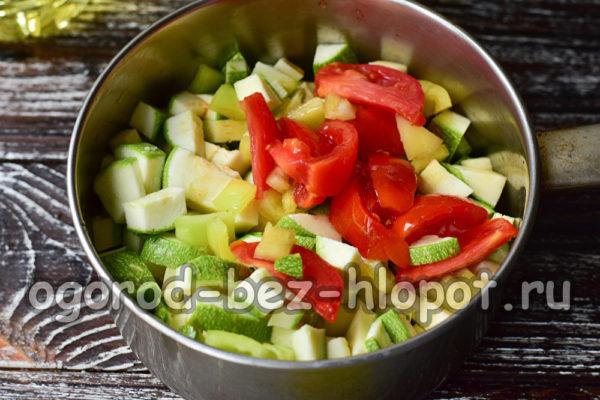 выложить овощи в ковш