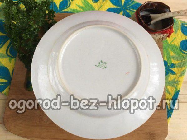 накрыть плоской тарелкой