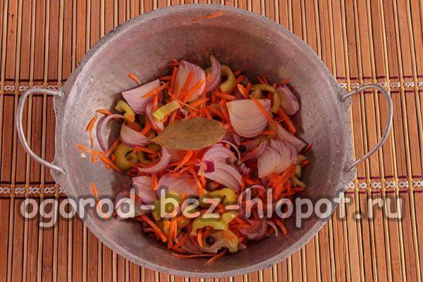 овощи и специи в казанке
